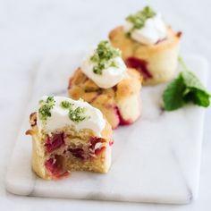 Små rabarberkager med græsk yoghurt og myntesukker