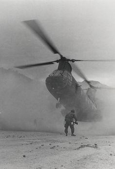 "Sea Knight Helicopter, 1969 ""Dusty Landing: A Marine Sea Knight helicopter of Marine Medium Helicopter Squadron 265 drops into a zone on Highway 1 near Da Nang (official USMC photo by Sergeant V. Vietnam History, Vietnam War Photos, American War, American History, American Soldiers, Indochine, Pin Up, Vietnam Veterans, Da Nang"