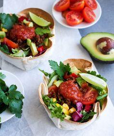 Det finns precis hur många varianter som helst av Taco. Jag tror att jag har hittat den allra bästa. En Taco bowl. En skål som du enkelt gör av tortillabröd. Sedan fyller du dem med tacofärs, sallad och en god salsasås. Ljuvligt gott och så enkelt!