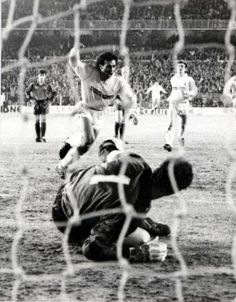 "..._The Mexican Hugo Sánchez (Real Madrid CF, 1985–1992, 207 apps, 164 goals) scores from the penalty spot during the ""Clásico"" in Chamartin on 8 April 1986."