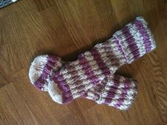 Spiralsockor med enkel beskrivning! Stick O, Baby Barn, Baby Boutique Clothing, Knitting Socks, Sewing Tutorials, Tatting, Knitting Patterns, Knit Crochet, Arts And Crafts