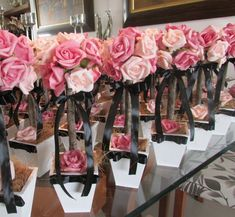 *Valor unitário de cada topiara tamanho M* R$28,90  Cor da fita a sua escolha, basta informar quando fizer seu pedido!    * Pedido minimo de 10 unidades*    Rosas em e.v.a (toque real de uma rosa real)    Lindas topiaras de rosas nas cores rosa e pink, laço preto!  Rosas em e.v.a. material perfei...