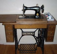 Singer sewing machine & cabinet - my Granny Fairchild had this model. As a kid I used to like to work the foot pedal with my hands. Sewing Machine Brands, Sewing Machine Tables, Treadle Sewing Machines, Antique Sewing Machines, Sewing Tables, Machine Singer, Retro, Old Singers, Sewing Notions