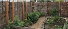Dieser Garten wurde vollkommen neu angelegt. Die jetzt noch sichtbaren Flechtzäune aus Robiniengehölz werden in ein paar Jahren nur noch außerhalb vom Grundstück sichtbar sein. Pflanzen wie Himbeersträucher und Weinreben werden die Robinienzäune innerhalb kürzerster Zeit beranken und eine grüne Oase entstehen lassen.