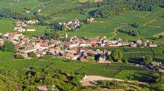 Le village de Solutré-Pouilly et ses vignes, en Bourgogne.
