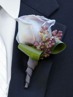 This pretty lilac buttonhole has a look of charm and elegance to complete the look of your wedding party.