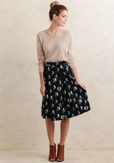 chica usando falda oscura con aves de estampado