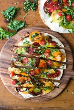 17 Rustic Veggie Pizzas to Liven Up Your Meatless Monday via Brit + Co Caprese Pizza, Veggie Pizza, Sweet Potato Pizza Crust, Cauliflower Crust Pizza, Veggie Recipes, Healthy Recipes, Pizza Recipes, Clean Eating, Healthy Eating