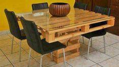 30. O tampo de vidro trouxe mais conforto para quem for utilizar a mesa de pallets