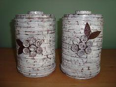 latas recicladas com jornal e pintura desgastada