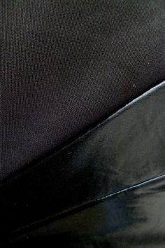http://www.a-moda.cz/damske-saty/koktejlove-saty-ze-silnejsiho-materialu-po-kolena-bez-rukavu---cerne/
