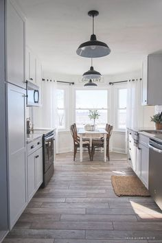 22 Beautiful Kitchen Flooring Ideas for Your New Kitchen - Discover the primary kitchen flooring alternatives as well as get a bunch of ideas for your kitchen renovation or brand-new home. Diy Kitchen Lighting, Farmhouse Kitchen Lighting, Farmhouse Kitchen Cabinets, Farmhouse Style Kitchen, Modern Farmhouse Kitchens, Rustic Kitchen, Home Kitchens, Rustic Farmhouse, Earthy Kitchen