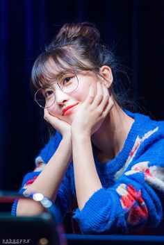 Twice Momo - Fansign Nayeon, Kpop Girl Groups, Korean Girl Groups, Kpop Girls, Girls Dp, Extended Play, Twice Momo Wallpaper, Rapper, Sana Cute