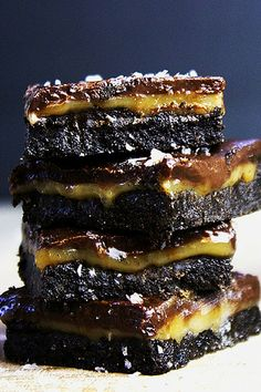 Five ingredients (ok, ok, and salt!) and about 10 minutes on the stovetop are all that stand between you and these ridiculously indulgent amazing Salted Caramel & Chocolate Oreo Bars that are no bake! dinnerthendessert.com