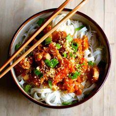 Le Shan khao swé est une recette birmane où le poulet ou porc cuit dans des tomates, est servi sur un lit de nouilles de riz, et parfois un bouillon.