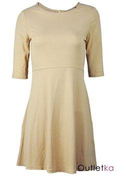 Nowa, sukienka firmy New Look w odcieniu musztardowym. Sukienka niezwykle oryginalna i urocza. Sukienka posiada rękawy długości 3/4. Z tyłu wycięta ozdobna łezka długości około10 cm, zakończona guzikiem w złotym kolorze. Sukienka odcinana, lekko rozkloszowana pod pasem. Materiał wysokogatunkowy.