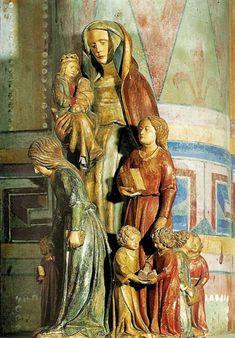 La lignée de sainte Anne. Poitiers, Notre-Dame-la-Grande. c'est la formule la plus archaïque qui est reprise, Anne tenant fille et petit-fils sur un bras, comme si l'imagier avait copié une statue trinitaire autour de laquelle gravitent les demi-sœurs de Marie, beaucoup plus grandes qu'elle, apprenant à lire à leur progéniture. Le morceau le plus réussi représente les quatre bambins de Marie Cléophas, mi appliqués, mi distraits...