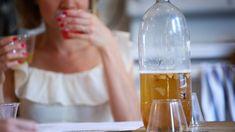 A woman drinks kombucha. Kombucha can be a delicious alternative to alcohol. Bone Health, Gut Health, Health And Wellness, Giving Up Alcohol, Best Alcohol, Alcohol Side Effects, Kombucha Brands, Kombucha Drink, Kombucha Benefits
