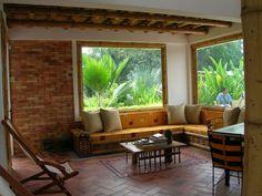 Amplia sala con muebles fundidos y con detalles entretejidos con guadua y macana.