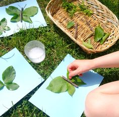 Create nature insects using leaves and sticks for play ideas for kids using natural materials. Forest School Activities, Nature Activities, Preschool Activities, Summer Activities, Outdoor Activities, Toddler Fun, Toddler Preschool, Preschool Crafts, Toddler Activities