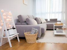 Un piso con una decoración lowcost llena de ingenio Sofa, Couch, Interior Design, Room Interior, Living Room, Table, Furniture, Pamplona, Wood Flooring