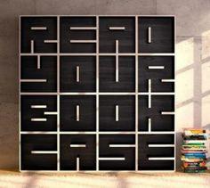 Boekenkast met letters dat kunnen worden gevormd