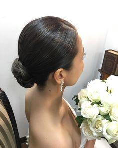 いいね!45件、コメント3件 ― @a_h.kai.m.r.kのInstagramアカウント: 「ルーズな髪型も流行っていますが、ピシッとまとめるのも素敵です♡ 個人的に大好き♡ シンプルなスレンダードレスに、白薔薇のブーケ、アクセサリーは耳のみ、ヘアードは無し、パーティーでは真っ赤なルージュ。…」