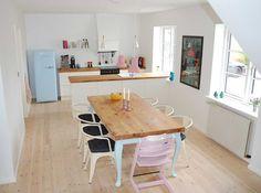 Love love love det her køkken, bordet, lamperne, køleskabet ALTING!