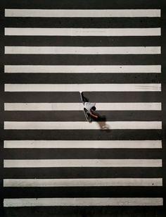 Foto originale o compositing in post-produzione? Comunque sia, la disposizione del soggetto tra gli elementi geometrici dello sfondo  è ben scelta: rompere il ritmo di una ripetizione attira l'attenzione di chi osserva la foto a colpo d'occhio. Provate ad usarla anche voi la prossima volta che scattate!