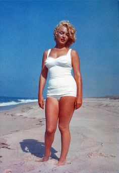 Marilyn Monroe was born Norma Jeane Mortenson Classic Hollywood, Old Hollywood, Fotos Marilyn Monroe, Marilyn Monroe Body, Marylin Monroe Style, Marilyn Monroe Swimsuit, Stars D'hollywood, Robert Mapplethorpe, Poses References