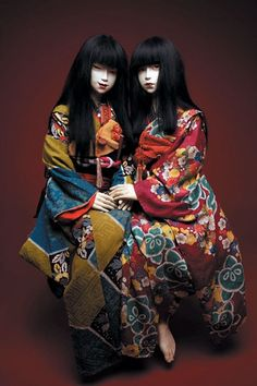 Two dolls wearing furisode kimono Japanese Culture, Japanese Art, Japanese Doll, Japanese Yukata, Traditional Japanese, Poses Modelo, Furisode Kimono, Japonese Girl, Character Inspiration