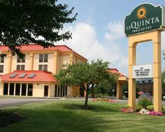 La Quinta Inn & Suites Canton, OH Canton (Ohio) The Pro Football Hall of Fame is 4 miles from this hotel in Canton, Ohio. The hotel provides guest rooms with free Wi-Fi and features an indoor pool.  Each room at La Quinta Inn & Suites – Canton includes a microwave and coffee facilities.