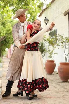 Norte argentino : Salta , Tucuman , Santiago del Estero , cuando visitas las peñas , eres cordialmente recibido con unas empanadas tradicionales y una copa .Luego te invitan a bailar zambas , chacareras ,con naturalidad de movimientos , no importa como bailes , todos admiran que te integres a sus costumbres . Un lugar inolvidable .