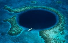 The Great Blue Hole, Belize. The Great Blue Hole is a large submarine sinkhole off the coast of Belize. It is about 125 meters deep and its diameter is about 300 meters wide. It is one of the world's most recognizable natural wonder. Tikal, Isla Vaadhoo, Maya Tempel, Great Blue Hole, Belize Barrier Reef, Flora Und Fauna, Ambergris Caye, Belize City, Travel Channel