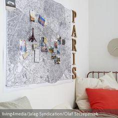 Eine alter Stadtplan wurde hier als individuelle Wanddeko genutzt. Passende Postkarten, Tickets und Deko-Buchstaben runden die Deko-Idee ab. Eine unkomplizierte …