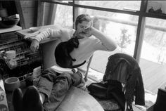Robert Redford: Rare Photos, LIFE Magazine, 1969 - With the family's cat curled up in his lap at his Utah retreat, Robert Redford takes a break from reading a script. Robert Redford, Celebrities With Cats, Celebs, Beautiful Celebrities, Men With Cats, Photo Chat, Christina Ricci, Hommes Sexy, Dog Cat
