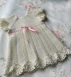 Stupendo vestitino all'uncinetto per bimba. fonte: http://www.microsofttranslator.com/bv.aspx?from=&to=it&a=http%3A%2F%2Fwww.liveinternet.ru