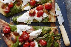 Charred Tomato Pesto Pizza from www. the PERFECT summer pizza (What's Gaby Cooking) Whats Gaby Cooking, Slow Cooking, Cooking Recipes, Pizza Recipes, Cooking Food, Pizza Al Pesto, Pizza Pizza, Pizza Food, Pizza Hamburger