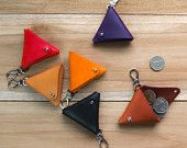 Équilatéral - légume à la main bronzé cuir porte-clés triangle / pochette de pièce / pièce affaire - rouge, orange, violet, tan, noir, acajou