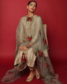Sonam Kapoor goes all traditional as she seeks blessings for her upcoming film 'The Zoya Factor' at the Shani temple - HungryBoo Dress Indian Style, Indian Fashion Dresses, Indian Outfits, Asian Fashion, Pakistani Fashion Party Wear, Pakistani Dress Design, Pakistani Frocks, Bollywood Fashion, Pakistani Dresses