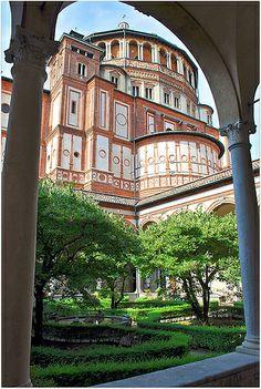 L'église Santa Maria della Grazie (Sainte Marie de la Grâce) et son Monastère dominicain ont été construits entre 1466 et 1496 par Solari. L'église est mondialement connue parce qu'elle renferme un trésor inestimable : la Cène de Léonard de Vinci.