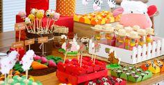 Os tubos de plástico recheados com jujubas foram decorados com pequenos chapéus de palha na mesa Fazendinha, da Caraminholando (www.caraminholando.com.br). Eles representam os fazendeiros. Ao redor, estão os animais que enfeitam os doces da mesa. Há também uma horta feita em marzipã