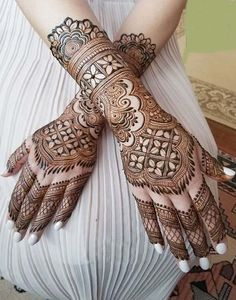 Henna is the most traditional part of weddings throughout India. Let us go through the best henna designs for your hands and feet! Peacock Mehndi Designs, Dulhan Mehndi Designs, Wedding Mehndi Designs, Unique Mehndi Designs, Mehndi Design Pictures, Beautiful Henna Designs, Mehndi Designs For Hands, Mehandi Designs, Heena Design