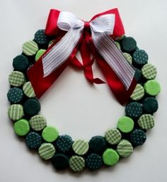 como fazer decoracao de natal com reciclados. como economizar na decoracao de natal? girlanda com tampa de garrafa Recycled Christmas Decorations, Christmas Projects, Christmas Tree Decorations, Christmas Crafts, Christmas Baubles, Felt Christmas, Handmade Christmas, Christmas Wreaths, Crochet Christmas
