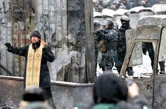 Un prêtre orthodoxe essaye de calmer les affrontements entre policiers et manifestants pro-Europe à Kiev en Ukraine après deux mois de protestations, le 22 janvier.