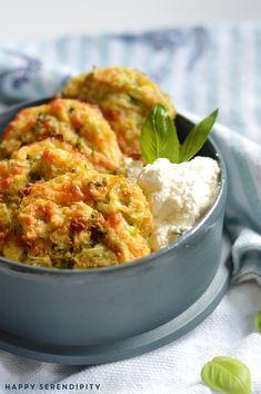 Pünktlich zum Wochenende gibt es Rezepte mit dem guten Gemüse vom Acker. Heute: Zucchinipuffer aus dem Ofen von denen Ihr begeistert sein werdet.