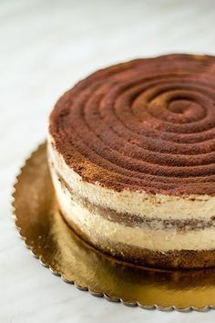 This tiramisu cake is made with a base of sponge cake soaked in coffee and a soft filling of mascarpone cream with meringue. This tiramisu cake is made with a base of sponge cake soaked in coffee and a soft filling of mascarpone cream with meringue. Cookie Recipes For Kids, Baking Recipes, Cake Recipes, Tiramisu Recipe, Tiramisu Cake, No Cook Desserts, Easy Desserts, Italian Desserts, Health Desserts