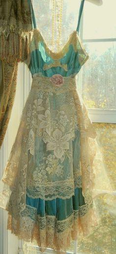 jolie robe bleue et dentelle