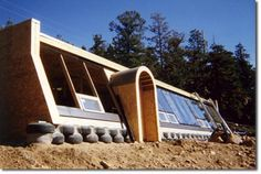 Earthship Huts - Low Hanging Fruit in the Fight Against Poverty Permaculture Research Institute - Permaculture Forums, Courses, Information & News Earthship Design, Earthship Home, Sustainable Architecture, Architecture Design, Earthy Home, Off Grid House, Eco Buildings, Living Roofs, Unusual Homes