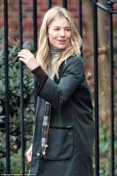 Make-up free Sienna Miller enjoys walk in New York City | Daily Mail Online